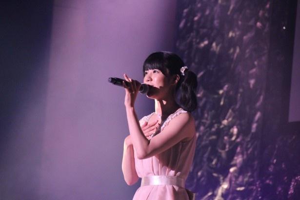 同じ事務所の小嶋乃愛、三上真依、中邑恵麻とはメドレーで「ラムのラブソング」などを披露