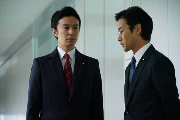 内閣官房副長官・矢口(長谷川博己)と、内閣総理大臣補佐官・赤坂(竹野内豊)