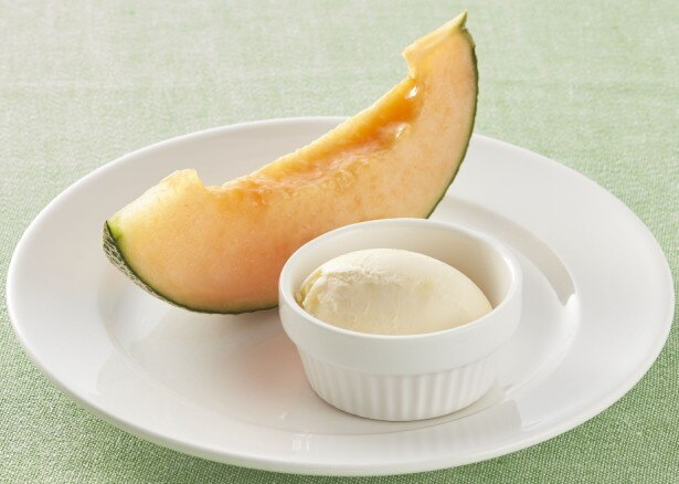 「北海道産らいでんメロン バニラアイス添え」(税抜399円)は、ジューシーならいでんメロンとバニラアイスを一緒に味わってみて