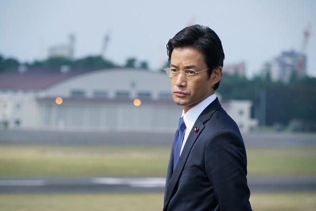 内閣総理大臣補佐官の赤坂(竹野内豊)