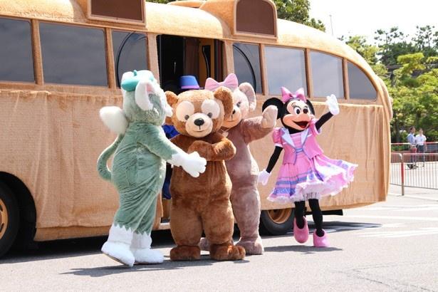 「ダッフィー・バス」からディズニーの仲間たちが続々と登場