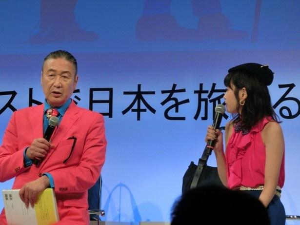 山本寛斎氏のファッショントークに、高橋が耳を傾ける