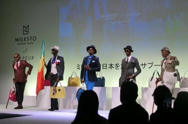 ベスト、帽子、ソックスなど、細部にわたりファッショナブルなSAPEURの姿に、会場の女性客たちも興味津々