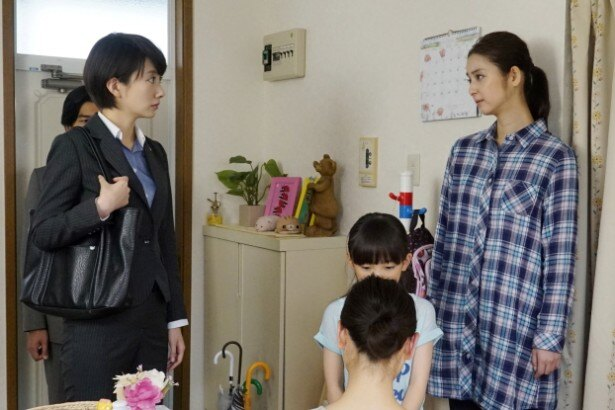 【写真を見る】佐々木は比奈子(波瑠、左)が捜査中に出会う女性・都夜(つや)を演じる