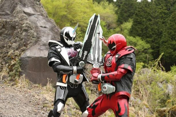 謎の敵、仮面ライダーダークゴーストと戦う仮面ライダーゴースト
