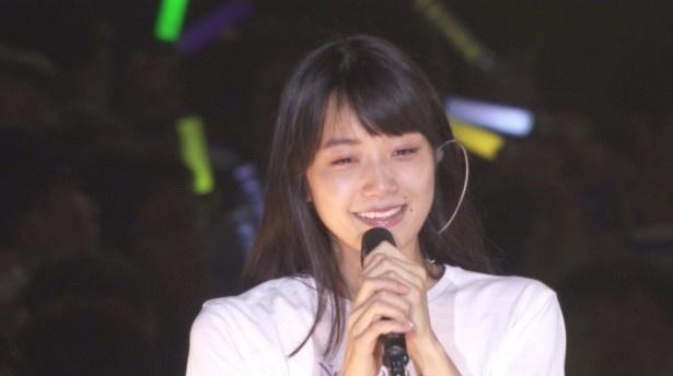 乃木坂46の最新シングルに、卒業コンサートを直前に控えた深川麻衣を捉えたドキュメンタリー映像が収録