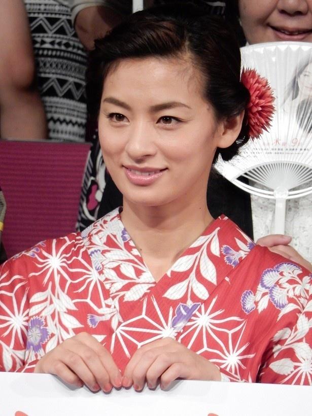 【写真を見る】主演の尾野真千子は先日の会見でしっとりとした浴衣姿を披露!