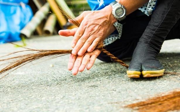 櫂を舟に固定するためのひもも船頭の手製。シュロの木の皮の繊維をよって作る