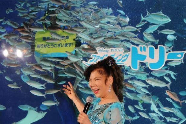 魚たちの反響に大喜びの八代亜紀