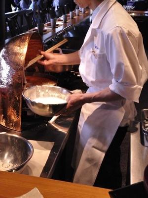 旬の食材を揚げたての天麩羅で食べられる「天麩羅 おおみ」。目の前で揚げる天麩羅はライブ感満点