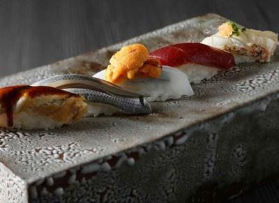 職人が目の前で江戸前鮨を握ってくれる「鮨 おおみ」。カウンター越しの会話も弾みそうだ
