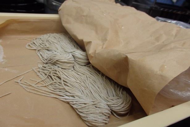毎朝打ちたての麺が工場から届く。そばは1玉180g