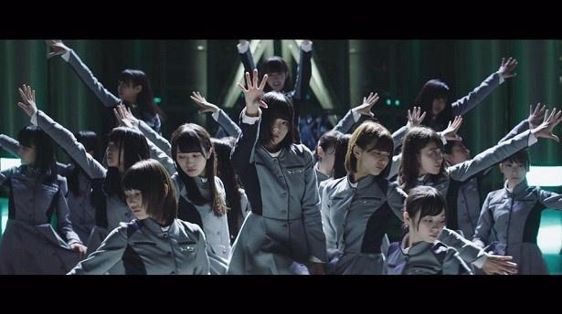 【写真を見る】「今まで一番難しいダンスだった」とメンバーが語るように、MVはカッコよさ全面の仕上がりに!