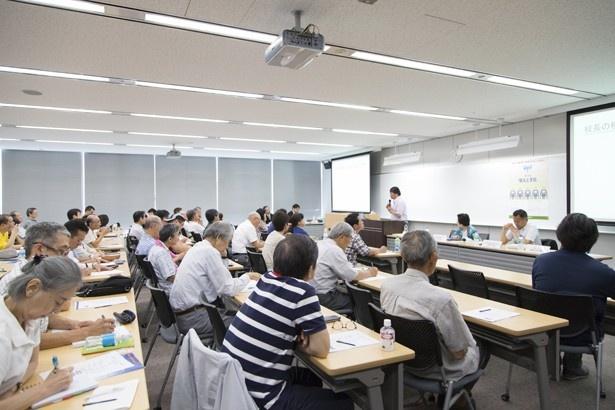 前回(6月開催、テーマは「横浜と学校」)の様子。横浜市の未来に大きくかかわる「学校」や「教育」をテーマにした内容が語られ、熱心にメモをとる参加者の姿も