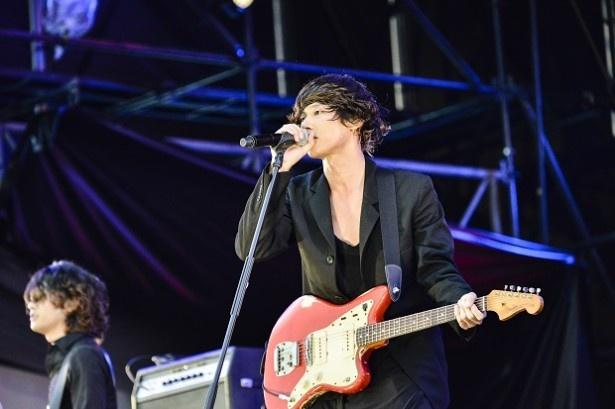 [Alexandros]は、ボーカルの川上洋平が「声を聞かせてくれ!」と煽り、「ワタリドリ」をパフォーマンス