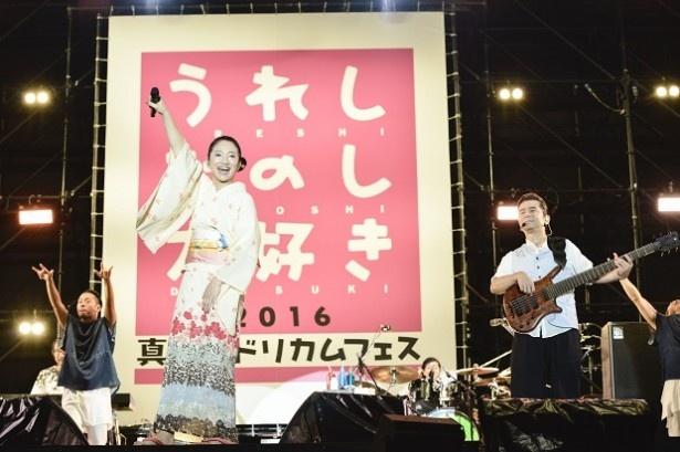 爽やかな浴衣姿の吉田美和は「LOVE LOVE LOVE」をじっくり歌い上げ、大きな感動が生まれる
