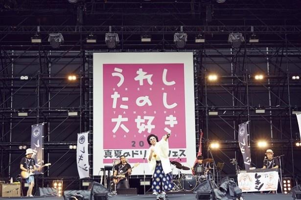 【写真を見る】トップバッターのレキシは最新アルバム『Vキシ』の収録曲「SHIKIBU」、代表曲「狩りから稲作へ」など4曲を披露