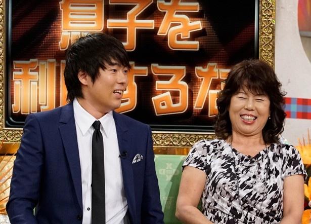 村本大輔(ウーマンラッシュアワー)と母・友利子さん。村本は離婚した母親の今の彼と食事したエピソードを披露