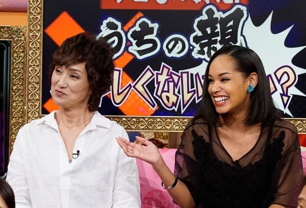 宮本エリアナと母・麻美子さん。エリアナは、母の再婚を1年も知らなかったことを告白する