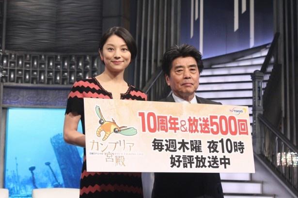 「カンブリア宮殿」10周年&放送500回突入記念会見に登場したMCの村上龍と小池栄子