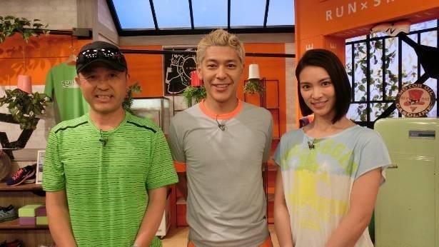 「ラン×スマ ~街の風になれ~」のレギュラーメンバー。写真左からプロ・ランニングコーチの金哲彦氏、田村亮、秋元才加