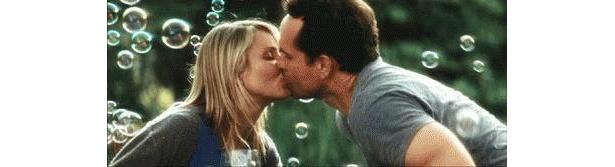 キャメロンの夫役のジェイソン・パトリックとのラブラブなシーンも登場