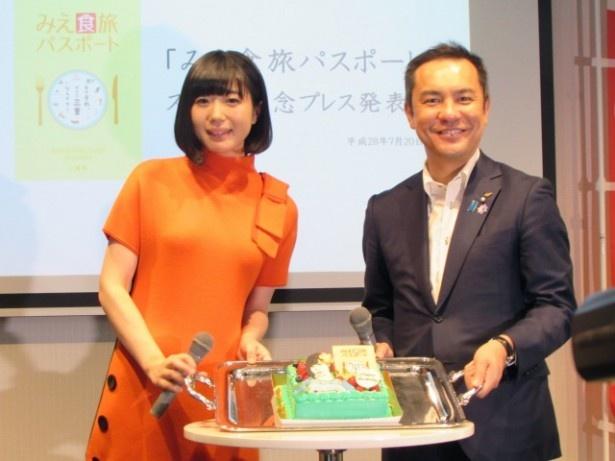 「みえ食旅パスポート」発表会に登壇したでんぱ組.incの夢眠ねむと、鈴木英敬三重県知事
