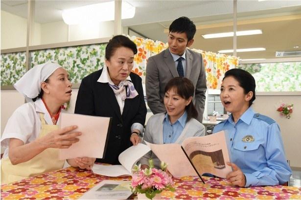 【写真を見る】第1話のゲストには渡辺えりが登場し、高島礼子らと女子会を開催!
