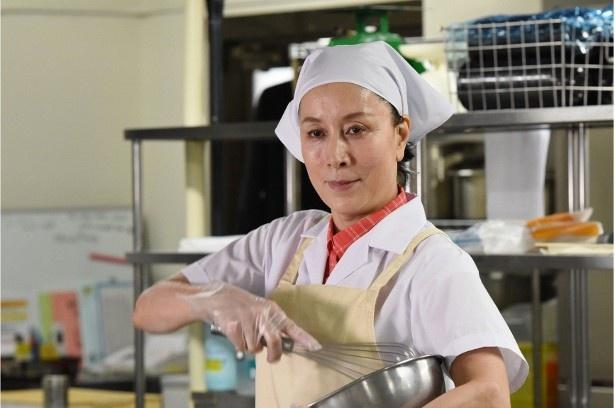 元刑事の食堂調理員・八坂美鈴を演じる高畑淳子