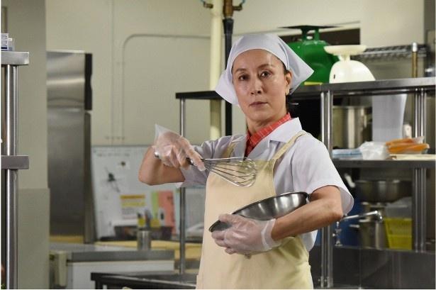 【写真を見る】高畑淳子が演じる、八坂美鈴は話し方から料理の盛り付け方まで何でも大盛り!?