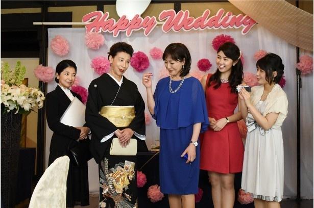 警察官の結婚パーティーの準備に京子(高島礼子)や弥生(宮崎美子)らは参加し、警察官の母・早苗(前田美波里)と出会う