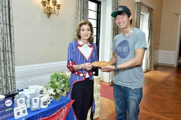 【写真を見る】ケネディ駐日大使と日本初出店「The Pie Hole L.A.」のスタッフ