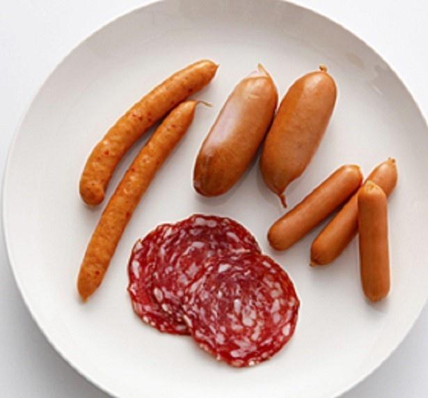 【写真を見る】季節を問わず、いろいろな料理に使えるソーセージ。常備しておくと便利な存在だ