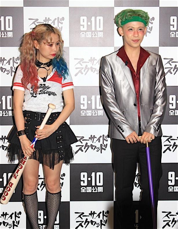 """【写真を見る】ぺことりゅうちぇるが""""悪カワ""""ファッションに挑戦!ぺこは大胆ミニスカートで生足を披露"""