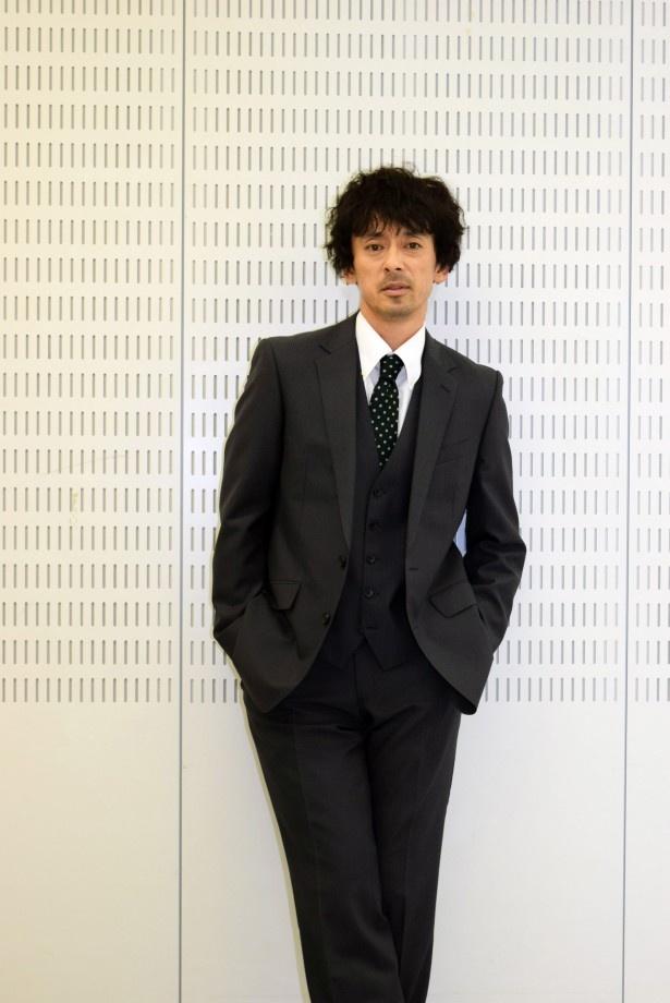 政務担当総理大臣秘書官・古賀征二を演じる滝藤賢一
