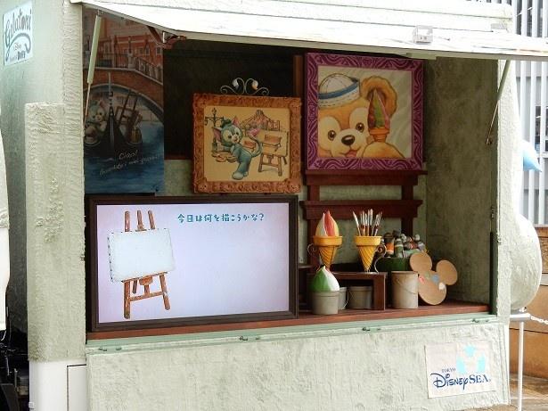 【写真を見る】「ジェラトーニ・ワゴン」にはジェラトーニの描いた絵がいっぱい!