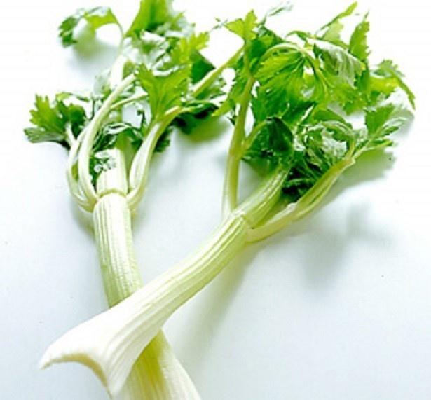 【写真を見る】セロリの葉には茎以上に栄養がいっぱい。スープにして、汁ごといただくのがベスト