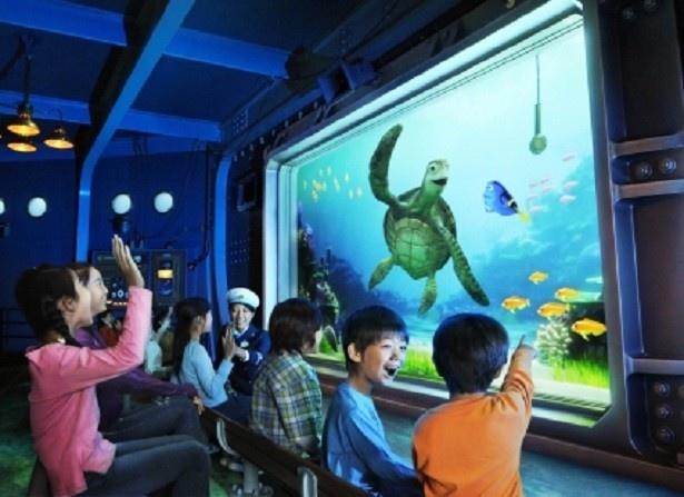ウミガメのクラッシュがユーモアあふれる軽快なトークを繰り広げる「タートル・トーク」