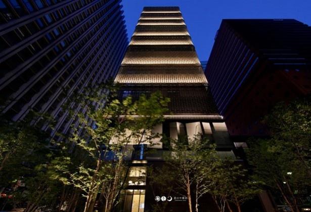 都心にそびえ立つ「塔の旅館」は、どこか幻想的