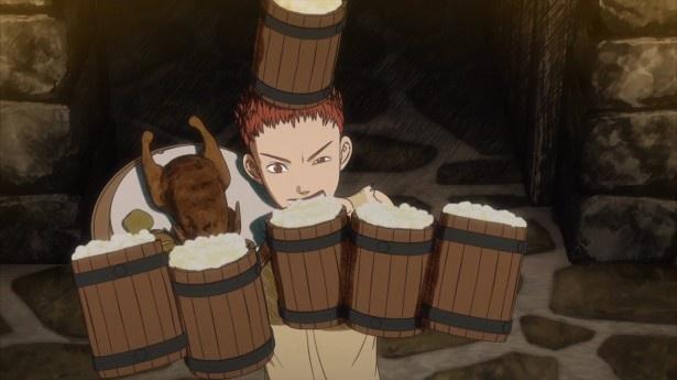 【写真を見る】第1話では、「黒衣の剣士」ガッツがミッドランド辺境の安酒場で言い掛かりをつけてきた盗賊たちを撃退。居合わせた少年・イシドロとエルフのパックは、彼に興味を抱く