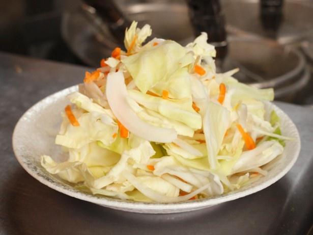 1人前でこれだけの山盛り野菜(ゆで前)を使用。野菜不足の人にはうれしい限りだ