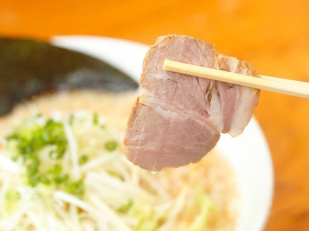 チャーシューには豚肩ロース肉を使用。柔らかで脂身も程よく、かむほどに肉の味が増していく