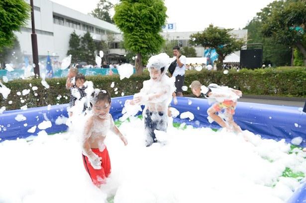 【写真を見る】泡まみれになって大はしゃぎ!「バブルプール」