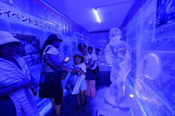 マイナス13度のボックス内に、選手の氷像やイベントユニフォームなどを展示する「ライオンズアイスボックス」