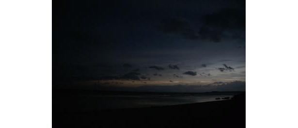 皆既日食で暗くなった奄美大島の海岸(本誌記者が現地で撮影)