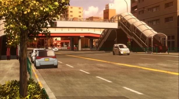 「高円寺陸橋交差点」の歩道橋は、アニメの年代に合わせて近未来的なデザインで描かれている