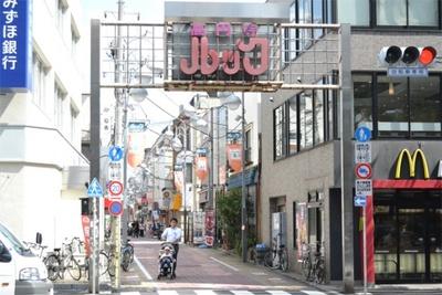 ハロウィンや寄席などさまざまなイベントを行う「高円寺ルック商店街」