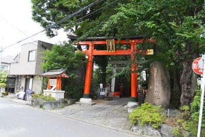 鎌倉時代の末期の創建と言い伝えられている、高円寺周辺の鎮守「馬橋稲荷神社」