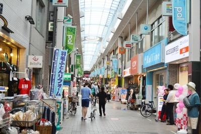 高円寺駅南口からアーケードが伸び、雨を気にせず買い物ができる「高円寺パル商店街」。「高円寺ルック商店街」とつながっている