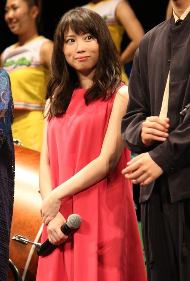志田未来の衣装は真っ赤なドレス